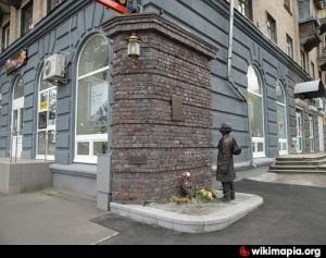 """Паметник в киевския район """"Подол"""". Момченце чете обявлението с разпореждането за евреите / kvoku.org"""