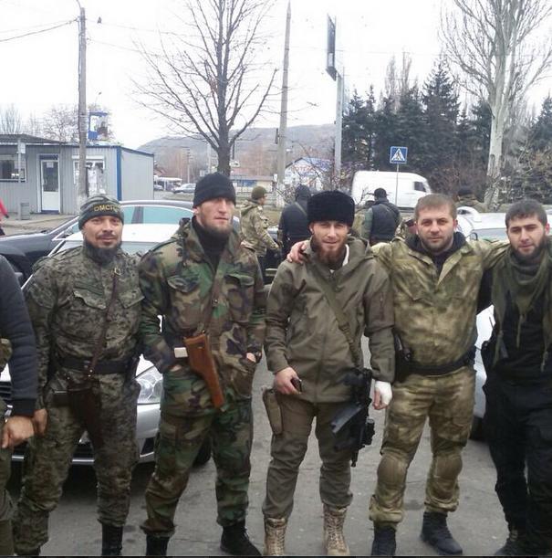 На някои снимки бандитите са запечатлени на фона на превзетите милицейски отделения