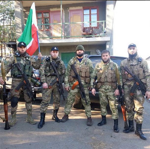 На тази снимка терористите са снети с чеченското знаме