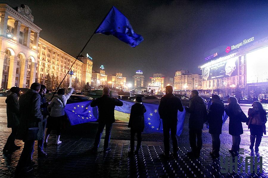 На 21 ноември първите десет небезразлични хора се събират на Майдана. Самоорганизацията се осъществяваше с помощта на социалните мрежи. Към полунощ протестиращите бяха около 1,5 хил. души.