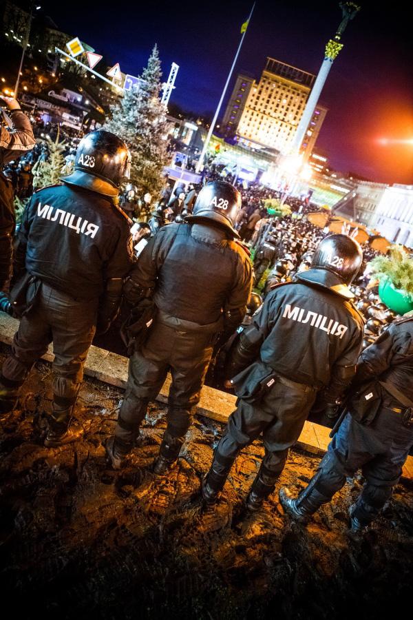 Това е осмият ден на Площада на Независимостта. Вече тече Всеукраинският Евромайдан. Малко по-късно тези хора в черно ще нападнат студентите, което ще доведе до нов, по-активен стадий на Евромайдана.