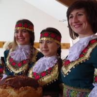 Девойни в български носии