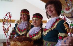 Девойки в български носии