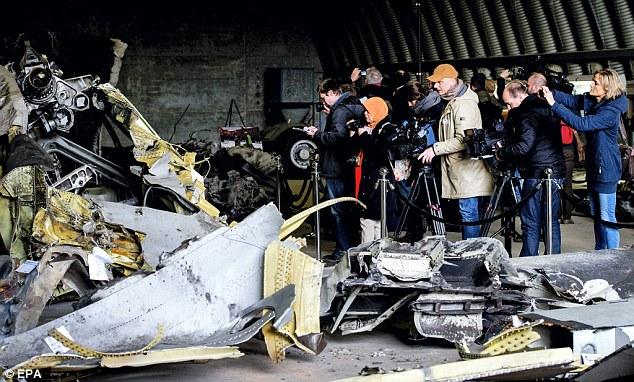 Журналисти и роднини на загиналите разглеждат остатъците от малазийския Boeng MH17/Снимка: ЕРА