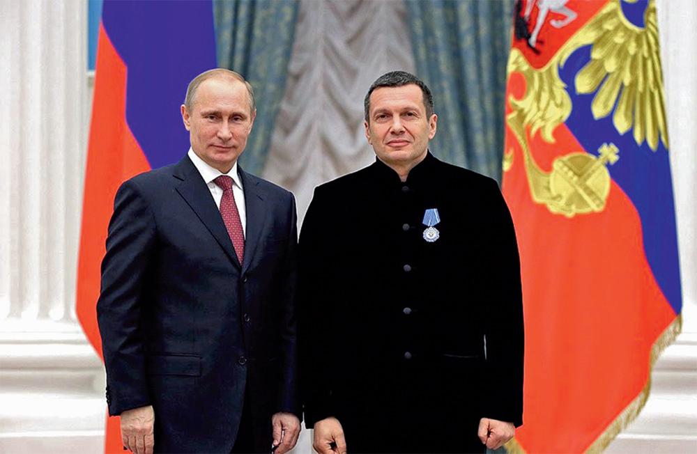 Владимир Путин в Кремъл награждава с почетен орден водещия Владимир Соловьов