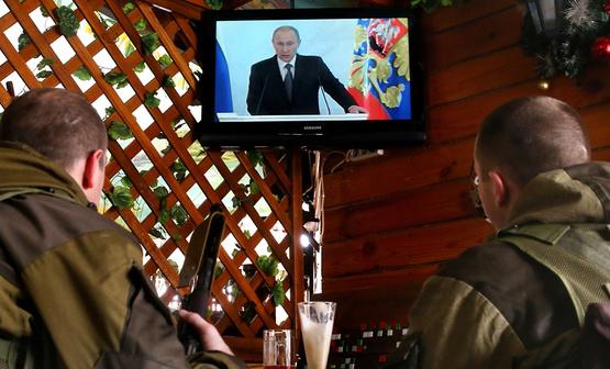Донецките терористи гледат Путин по телевизора